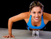 Woman doing push-ups — Stockfoto