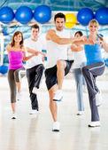 Aerobic-kurs in der turnhalle — Stockfoto