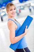 Mujer con tapete de yoga — Foto de Stock