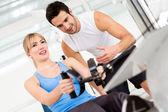 Mulher de ginásio com treinador — Foto Stock