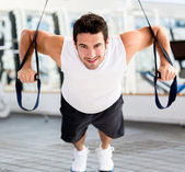 Man exercising at the gym — Stockfoto