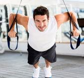 Man uit te oefenen op de sportschool — Stockfoto