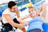 Mujer de gimnasio con su entrenador — Foto de Stock
