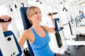 Mujer entrenando en el gimnasio — Foto de Stock