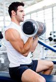 Stark man på gymmet — Stockfoto