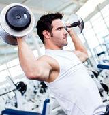 Gym man tillen gewichten — Stockfoto