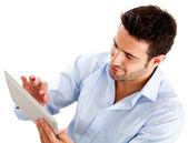 Tablet bilgisayar kullanarak iş adamı — Stok fotoğraf