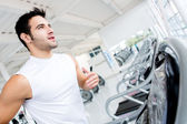 Man running on the treadmill — 图库照片