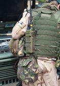 солдат с рацией радиостанция — Стоковое фото