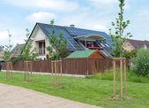 Dom z paneli słonecznych — Zdjęcie stockowe