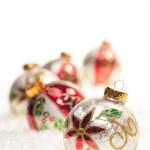 bunte Weihnachtskugeln auf Schnee — Stockfoto