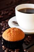 Kaffe med en muffin på bordet på nära håll — Stockfoto