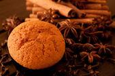 Muffin baharat arka plan ile yakından — Stok fotoğraf
