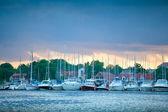 Båtar i hamnen av mikolajki vid solnedgången — Stockfoto