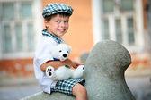 Szczęśliwy chłopczyk na zewnątrz w mieście — Zdjęcie stockowe