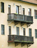 Fachada con balcón — Foto de Stock
