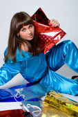 Zakupy. piękna kobieta z kolor opakowania — Zdjęcie stockowe
