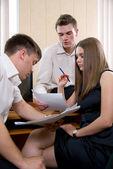 Reunión de jóvenes en oficina. — Foto de Stock