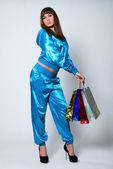 Красивая брюнетка с разноцветные бумажные пакеты — Стоковое фото