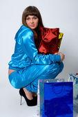 привлекательная девушка держит на коленях пакеты — Стоковое фото