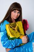Atraktivní dívka s dvěma balíčky — Stock fotografie