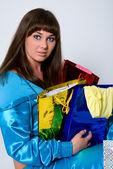 Retrato de morena de ojos azules con paquetes multicoloras — Foto de Stock