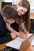 Unga företagare diskutera det nya projektet — Stockfoto