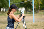The student learns to work with a theodolite — Stock Photo