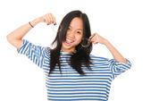 Cheerful girl shows earrings — Stockfoto
