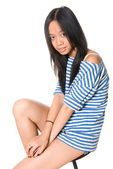Retrato de muchacha sentada en una silla redonda — Foto de Stock