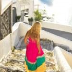 mladá krásná žena v krásných šatech v santorini, Řecko, poblíž výletní lodi na dovolené — Stock fotografie