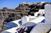 Village bleu et blanc traditionnel de santorin et église d'oia et vue sur mer, grèce — Photo