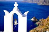 Santorini tradycyjny kościół z dzwonkiem w oia, grecja — Zdjęcie stockowe