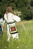 The girl gathers wildflowers — Stock Photo
