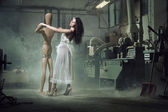 Una mujer de belleza baila con un muñeco de madera — Foto de Stock