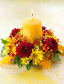 Wreath of autumn flowers and candle — Stockfoto