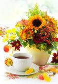 Kopp te och höstens blommor — Stockfoto