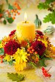 Věnec podzimní květiny a svíčky — Stock fotografie