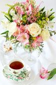 Fleurs et tasse de thé — Photo