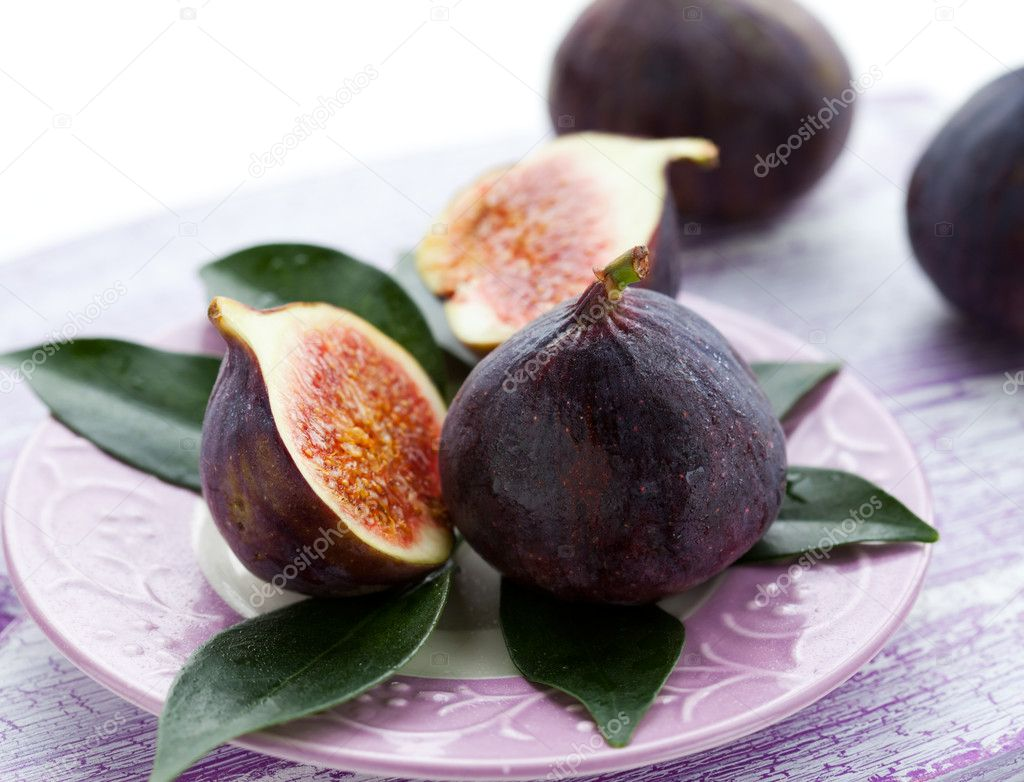 Several whole figs and one halved fig — Stock Photo #12400713