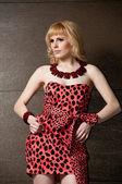 Loira garota estrito em vestido de leopardo — Foto Stock
