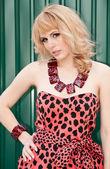 Koket meisje blonde in luipaard jurk — Stockfoto