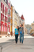 Boy and girl tourists strolling through the beautiful streets of — Stock Photo