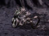 Twisted bracelet made ​​of black metal — Stock Photo