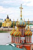 красочные купола строгановская церковь и собор невский — Стоковое фото