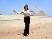 Vacker ung kvinna nära pyramiden i Egypten — Stockfoto