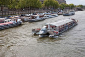 Seine.Walking the ship sails on the river — Stock Photo
