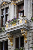 Balcony with a statue and flowers in Brussels — Stock Photo