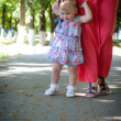 Foto Stock: Little girl walks outdoors
