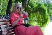 Den vackra flickan på en bänk — Stockfoto